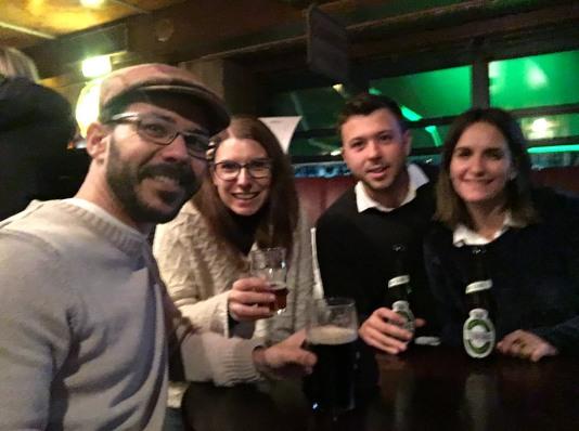 tomando una cerveza en el Dubliner